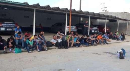 Abandonan a 111 Centro Americanos en la autopista de Cosoleacaque