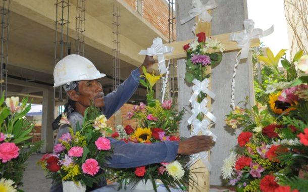 3 DE MAYO DÍA DE LA SANTA CRUZ,  FESTEJO DE NUESTROS ALBAÑILES.  ¡UNA TRADICIÓN QUE SE CELEBRA EN MÉXICO!